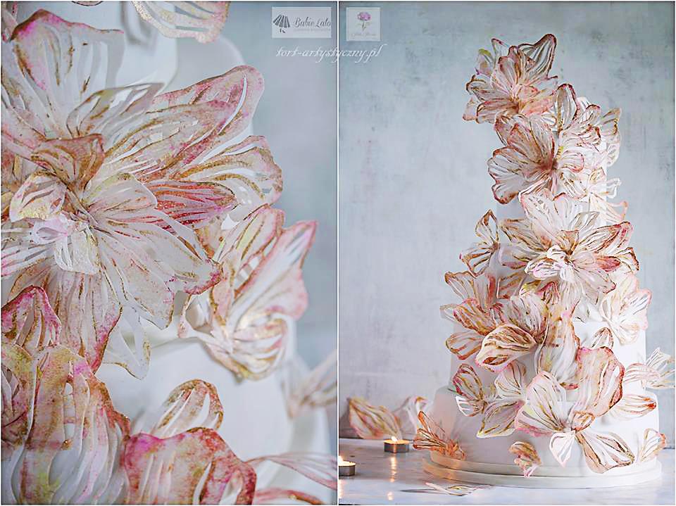 Biały tort wysoki w białe pozłącane kwiaty Warszawa