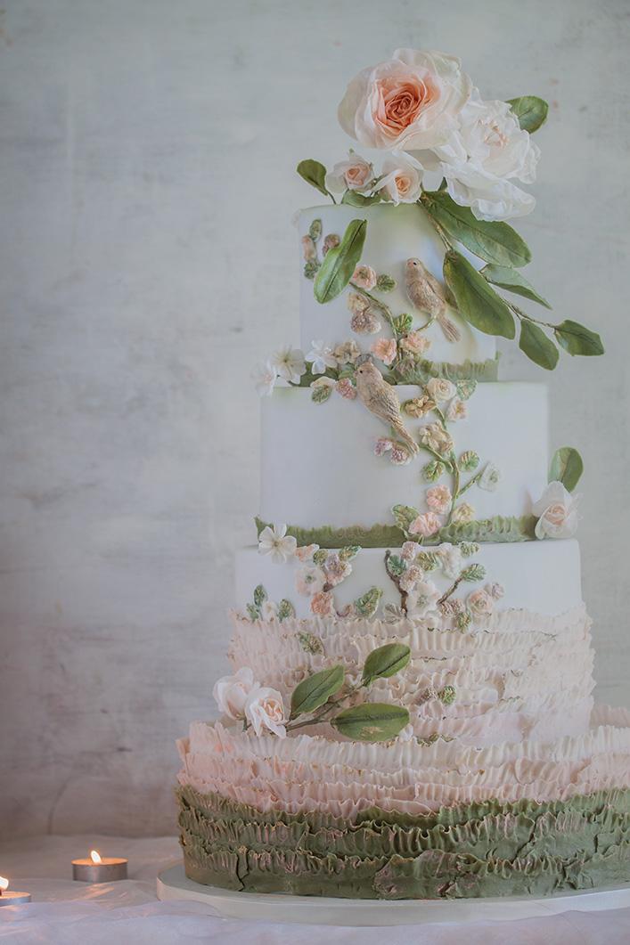 Tort weselny biały z kwiatowym przystrojeniem
