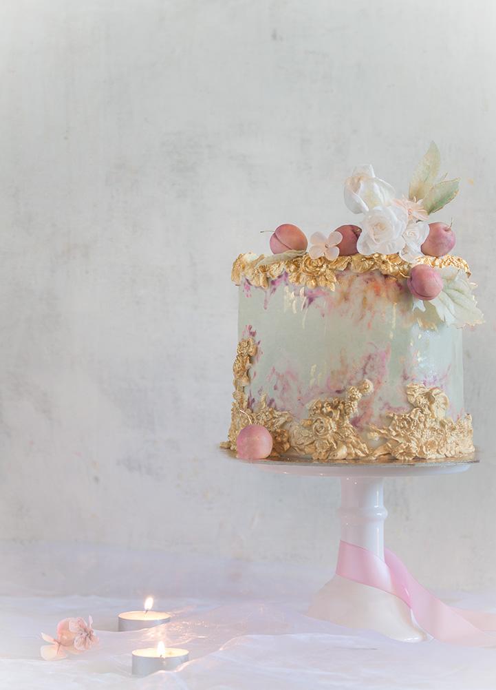 Tort ślubny biały ze złoceniami i kwiatami