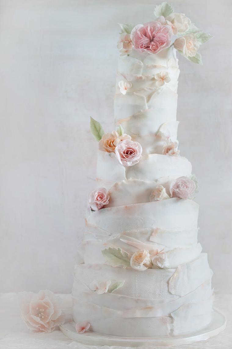 Wysoki tort z pudrowymi różami