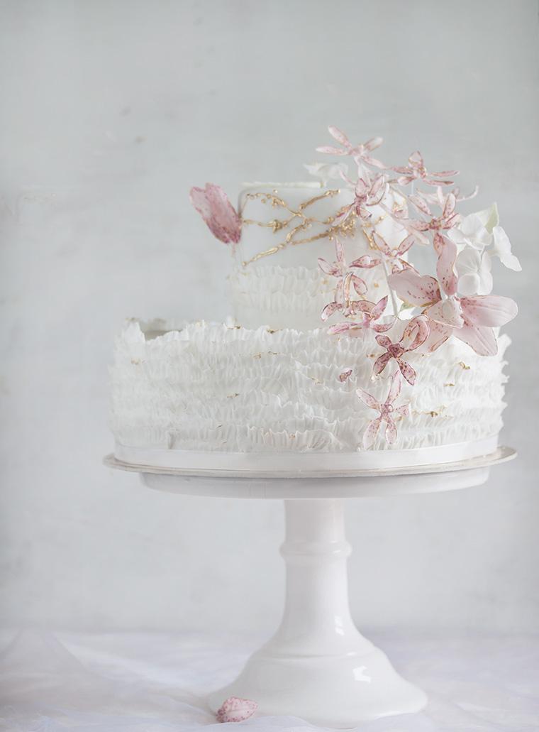 Tort biały na chrzciny z różowymi kwiatami