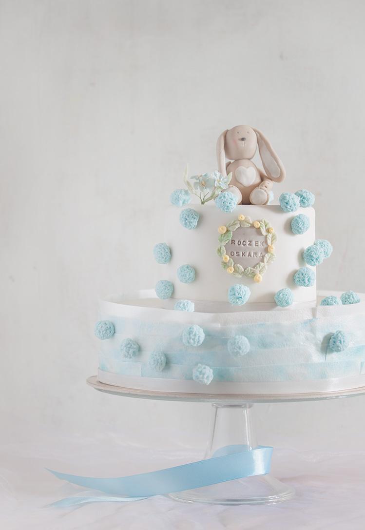 Tort z elementami niebieskimi i króliczkiem