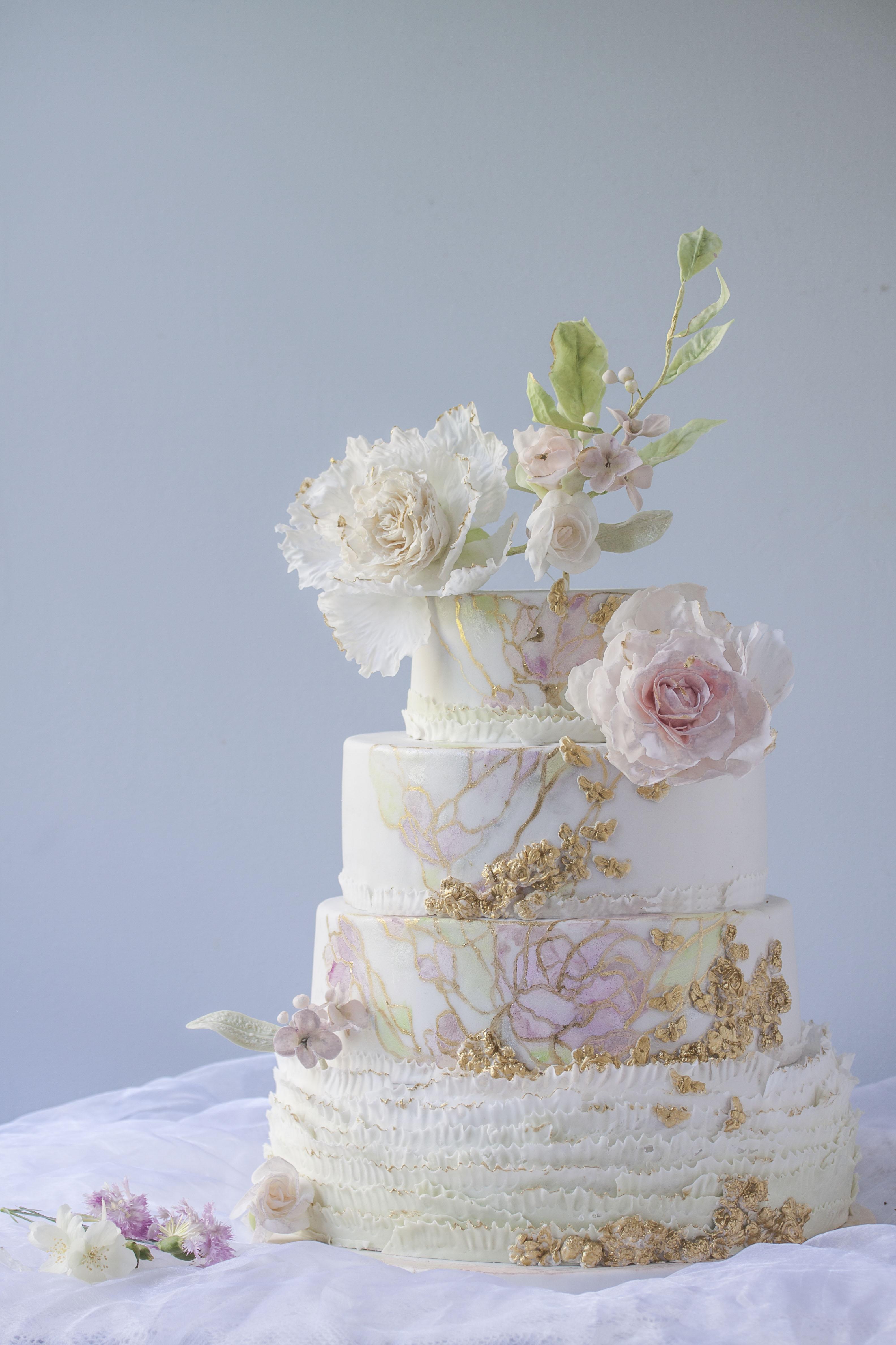 Tort ślubny biały z jasnoróżowymi kwiatami