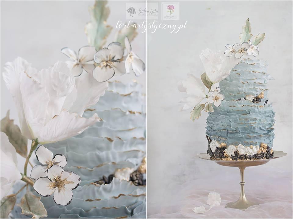 Tort ślubny niebieski z białymi kwiatami