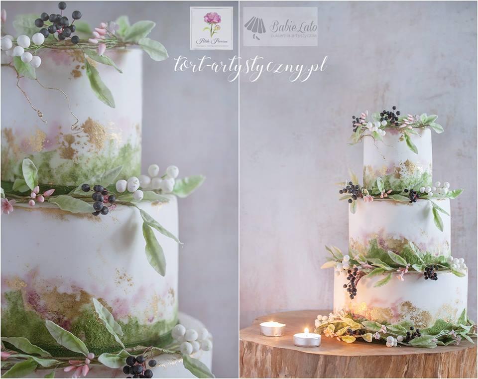 Tort biały ślubny z przystrojeniem leśnym