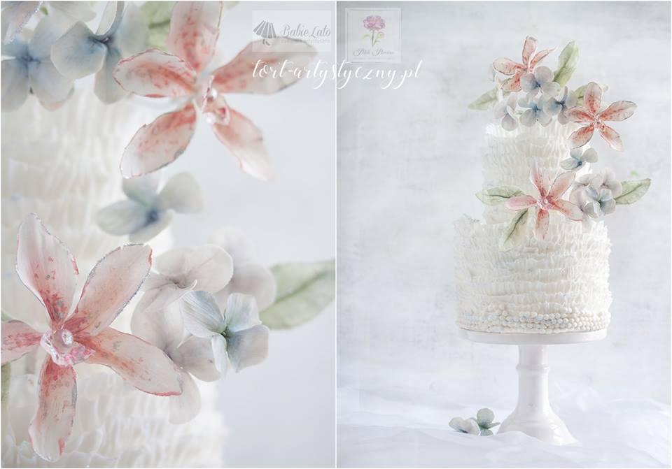 Biały tort ślubny z kwiatami
